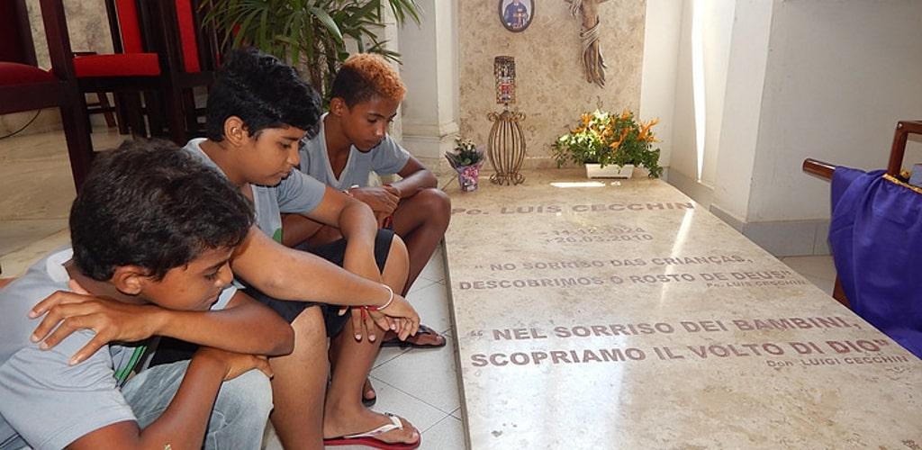 Bambini in preghiera alla sua tomba